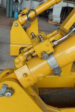 Hydraulic cylinder with manifold