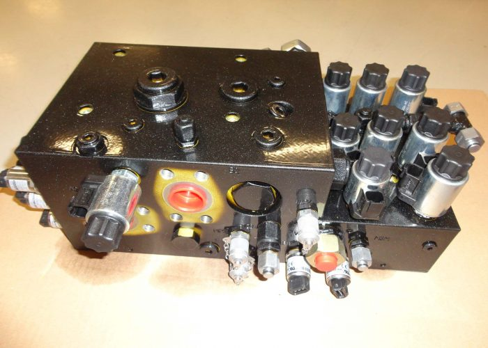 hydraulic manifold equipped with valves and sensors