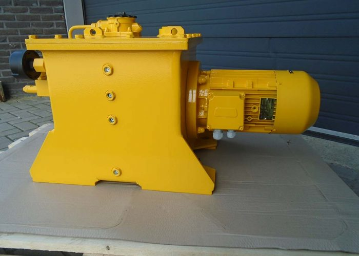 Hydraulic tank with filter, breether filter and motor for a harbour loading system